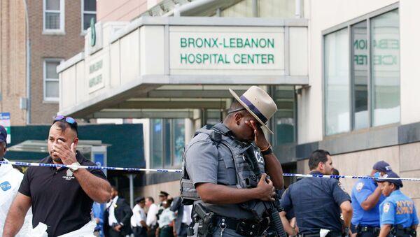 Полицейские у входа в Ливанскую больницу в Нью-Йорке - Sputnik Латвия