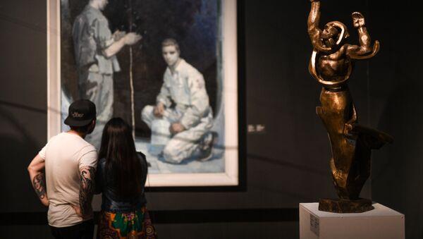 Посетители на выставке Оттепель во время международной акции Ночь музеев в Третьяковской галерее - Sputnik Латвия