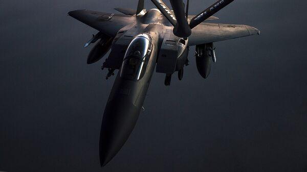 Самолет F-15E Strike Eagle во время воздушной дозаправки в Сирии - Sputnik Latvija