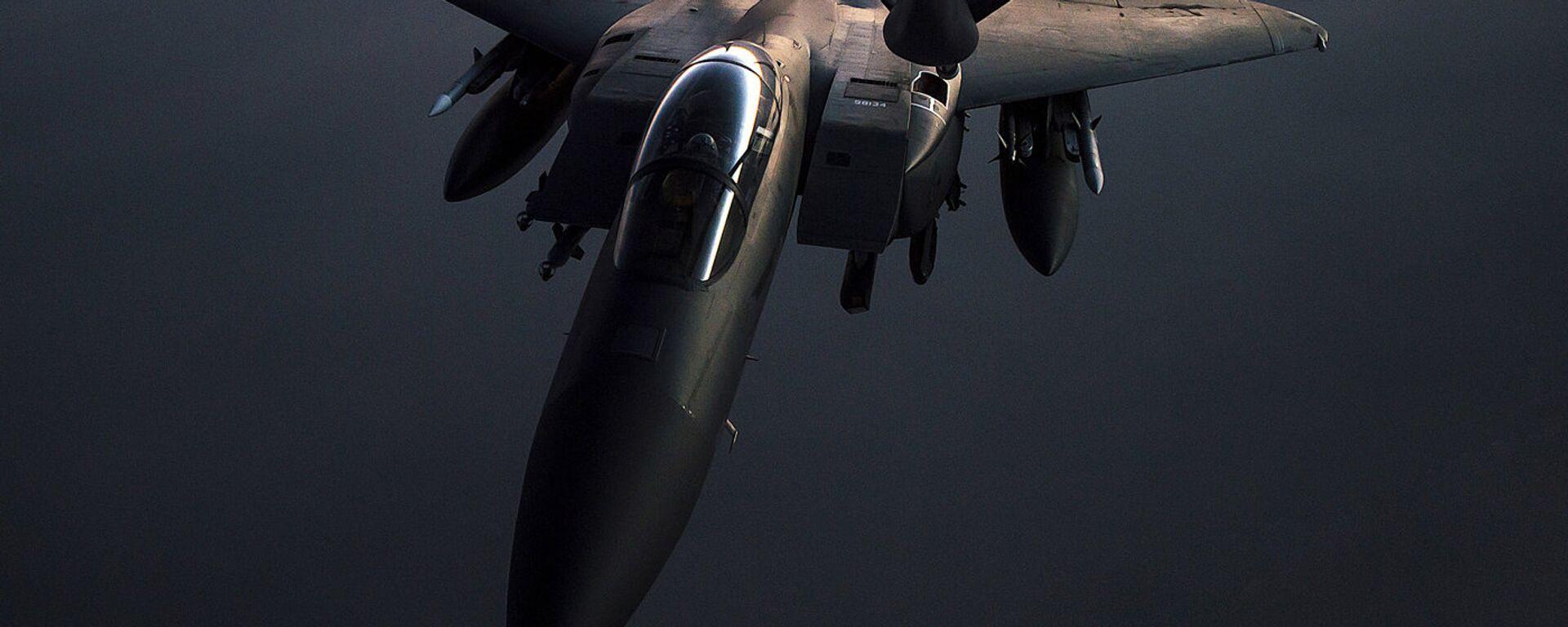 Самолет F-15E Strike Eagle во время воздушной дозаправки в Сирии - Sputnik Latvija, 1920, 23.04.2021