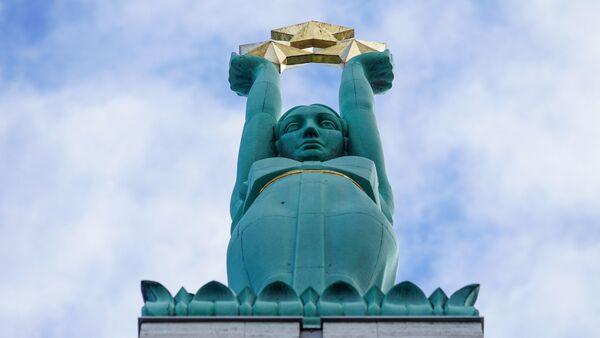 Скульптура Милды с тремя звездами на Памятнике Свободы - Sputnik Латвия