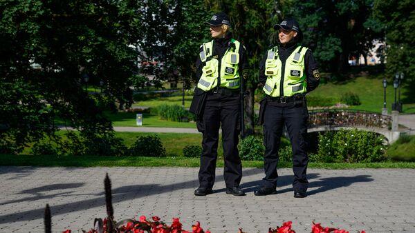 Сотрудники Полиции самоуправления патрулируют парк в Риге - Sputnik Latvija