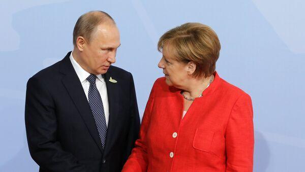 Президент РФ Владимир Путин на церемонии официальной встречи канцлером Германии Ангелой Меркель - Sputnik Латвия