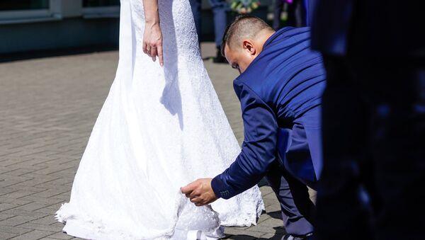 Жених поправляет платье невесте - Sputnik Латвия