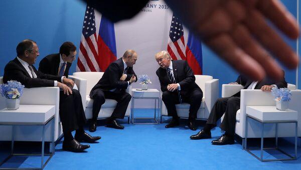 Krievijas prezidents Vladimirs Putins un ASV vadītājs Donalds Tramps G20 samitā Hamburgā. Foto no arhīva - Sputnik Latvija