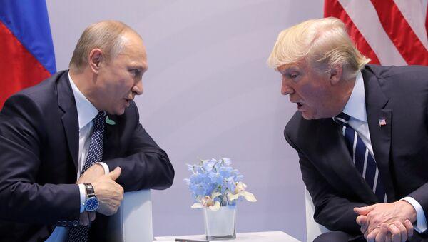 Президент РФ Владимир Путин и президент США Дональд Трамп на саммите G20 в Гамбурге - Sputnik Латвия