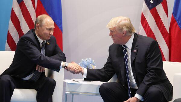 Президент РФ Владимир Путин и президент США Дональд Трамп - Sputnik Latvija