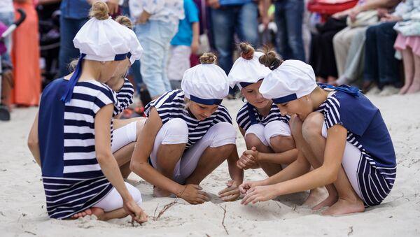 Дети в тельняшках на пляже в Рое - Sputnik Латвия