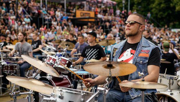 В ударе: триста барабанщиков в парке Гризинькалнс - Sputnik Латвия