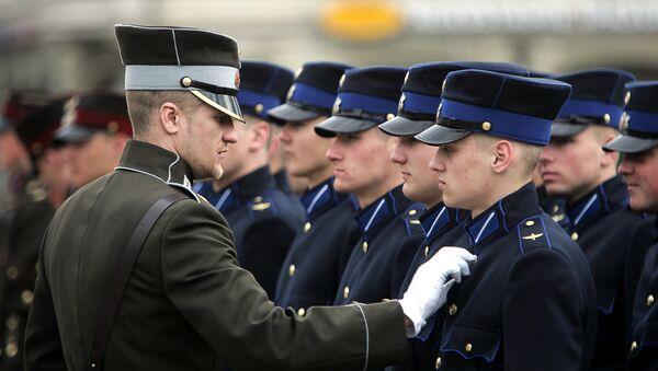 Офицер латвийской армии проверяет форму своих солдат - Sputnik Латвия