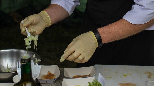 Шеф-повар рижского рыбного ресторана Le Dome Сергей Шипоров и его угощения - Sputnik Латвия