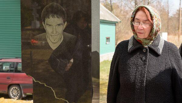 Мама погибшего Дмитрия Ганина Вера Яковлевна у памятника на могиле сына - Sputnik Латвия