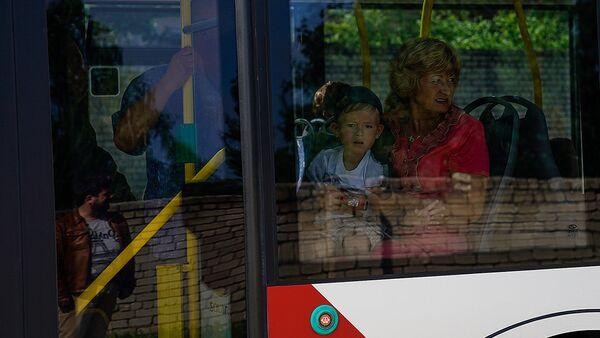 Мальчик с женщиной в автобусе - Sputnik Латвия