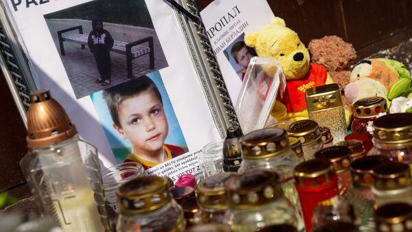 К подъезду Вани лиепайчане несут цветы и игрушки - Sputnik Латвия