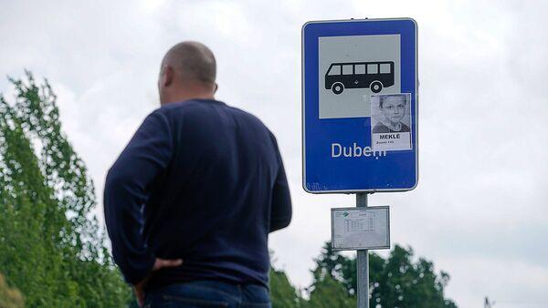 На всех остановках маршрута 904 автобуса были расклеены фотографии Вани - Sputnik Латвия