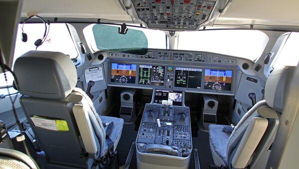 Lidmašīnas Air Baltic Bombardier CS300 pilota kabīne - Sputnik Latvija