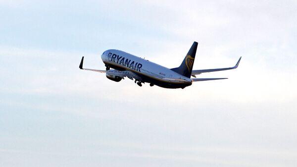 Самолет компании Ryanair взлетает из аэропорта Рига - Sputnik Латвия
