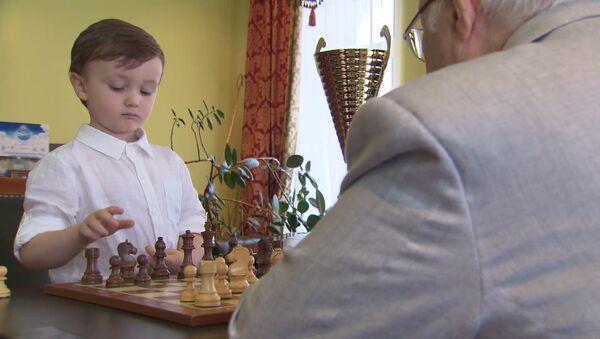 4-летний шахматист Миша Осипов провел матч с гроссмейстером Евгением Васюковым - Sputnik Латвия