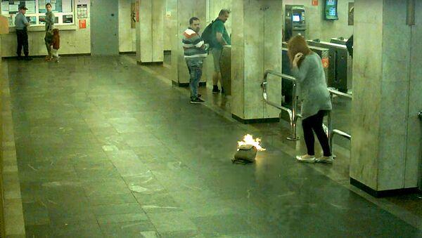 Видеофакт: в минском метро у девушки вспыхнул рюкзак - Sputnik Латвия