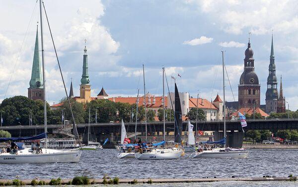 Лодки прошли парадом на фоне романтичной панорамы Старого города - Sputnik Латвия