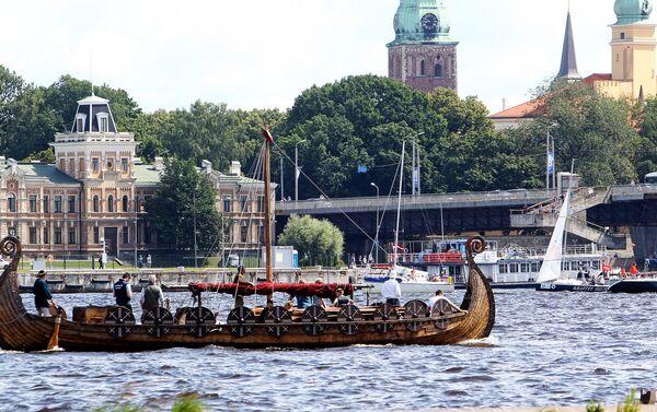 Вместе со спортивными лодками на парад и вышел боевой парусно-моторный драккар викингов, в обычные дни катающий рижских туристов - Sputnik Латвия