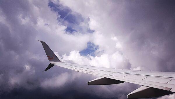 Самолет в небе. Архивное фото - Sputnik Latvija
