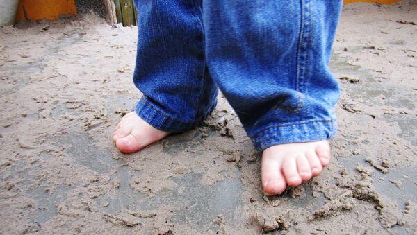 Ребенок с босыми ногами - Sputnik Латвия