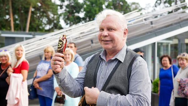 На второй день фестиваля Борис Моисеев пришел с мороженным Магнум - Sputnik Latvija