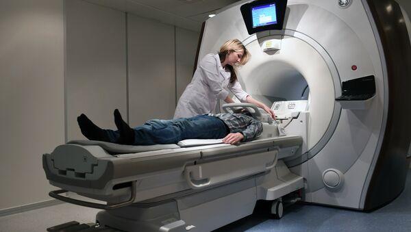 Пациент во время магнитно-резонансной томографии - Sputnik Латвия