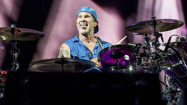 Чад Смит из группы Red Hot Chili Peppers во время выступления - Sputnik Latvija
