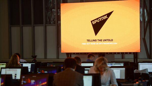Экран с символикой Международного информационного агентства Sputnik - Sputnik Латвия
