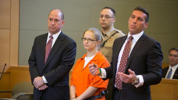 Ангелика Грасвалд выступает в суде со своими адвокатами Джеффри Шартье и Ричардом Порталом, она обвиняется в убийстве Винсента Виафора, ее жениха, на реке Гудзон - Sputnik Латвия