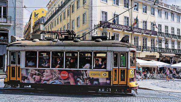 Трамвай на улочке в Лиссабоне - Sputnik Латвия