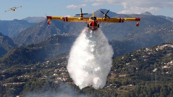 Пожарный самолет над лесом в Карросе во Франции - Sputnik Latvija