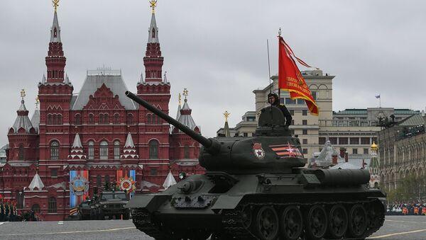 Средний танк Т-34-85 на военном параде, посвященном 72-й годовщине Победы в Великой Отечественной войне 1941-1945 годов - Sputnik Латвия