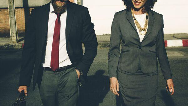 Vīrietis un sieviete lietišķos kostīmos. Foto no arhīva - Sputnik Latvija