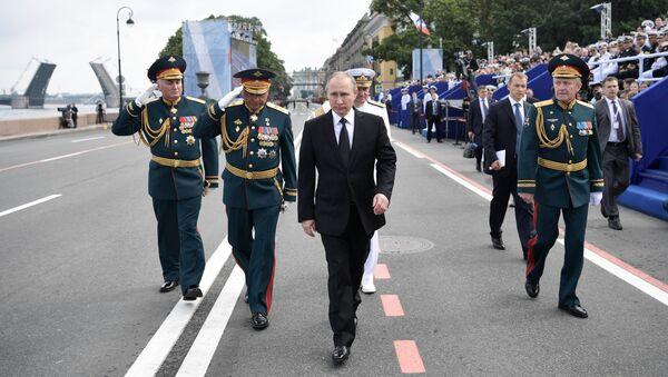 Krievijas prezidents, Bruņoto spēku virspavēlnieks Vladimirs Putins Admiralitātes krastmalā Sanktpēterburgā Krievijas Jūras kara flotes dienas galvenajā parādē 30. jūlijā - Sputnik Latvija