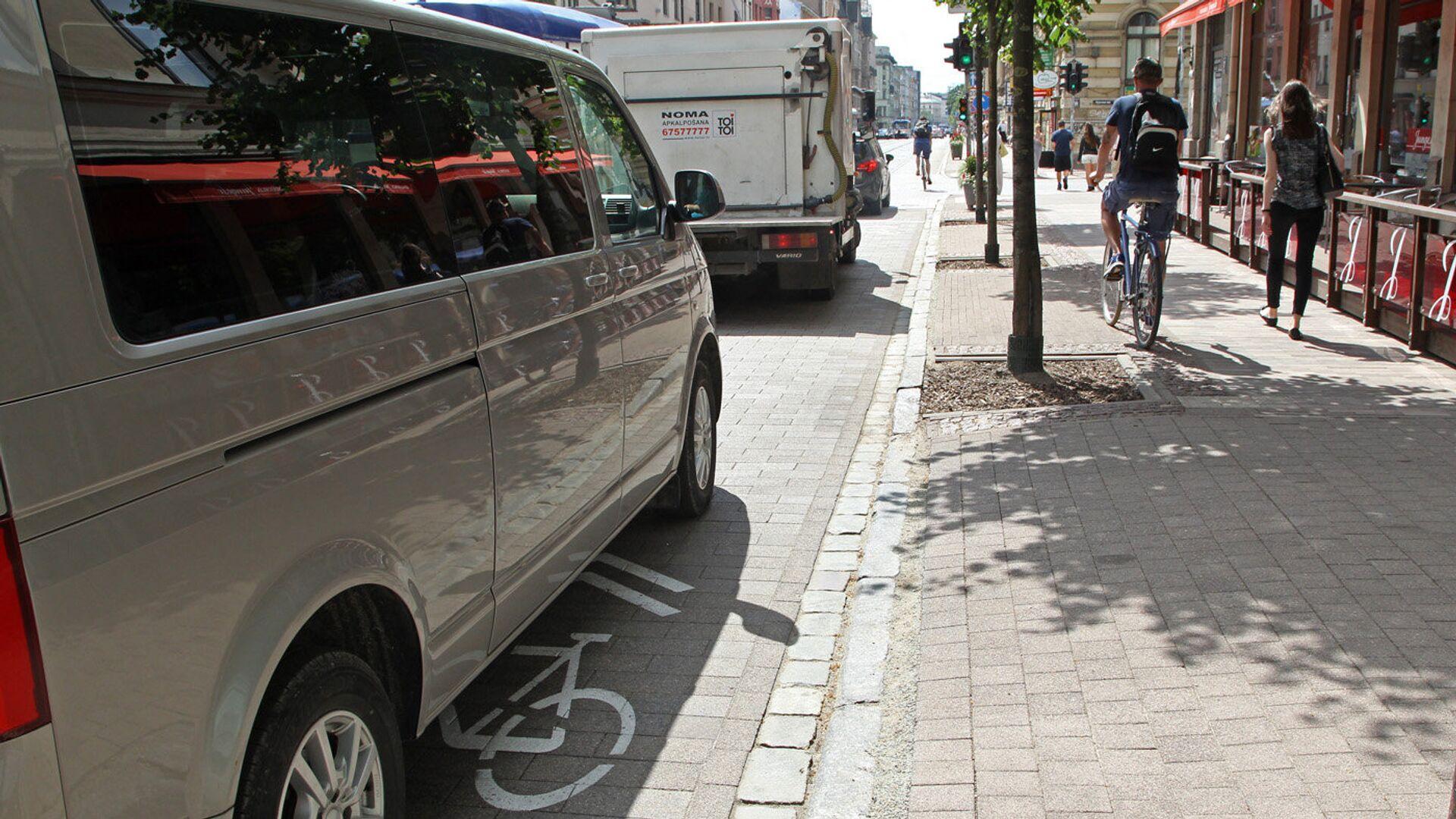 Едущего по тротуару велосипедиста можно понять — его полоса занята автомобилями - Sputnik Латвия, 1920, 13.09.2021