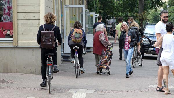 Велосипедисты и пешеходы на рижском тротуаре - Sputnik Latvija