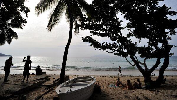 Туристы на одном из пляжей Сейшельских островов - Sputnik Latvija