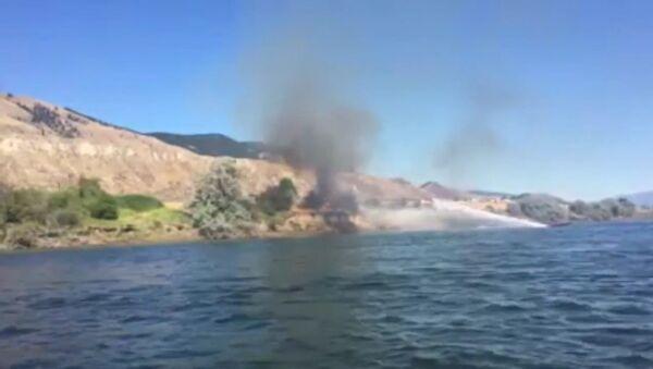 В Канаде мужчина помогал тушить пожар при помощи водного мотоцикла - Sputnik Латвия