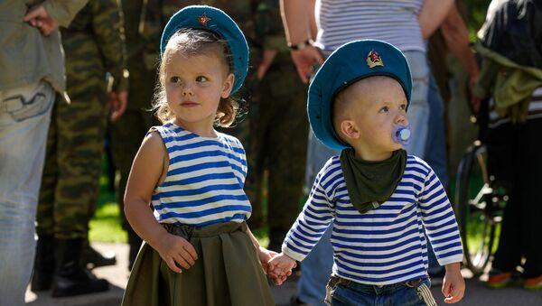 Дети в тельняшках на празднике Воздушно-десантных войск в Риге - Sputnik Латвия