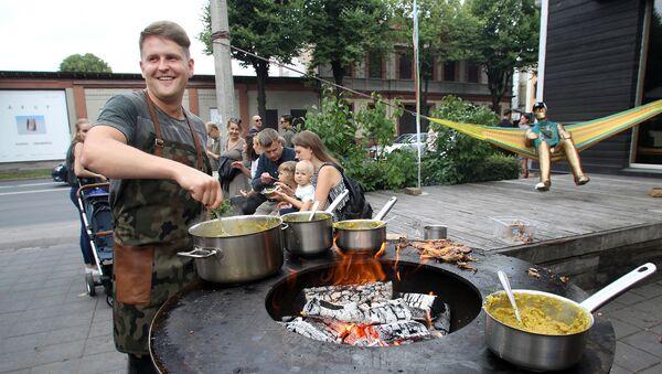 Чечевичная каша с телятиной и яйцом от кафе Rocket Bean - была одним из самых популярных блюд в этот вечер - Sputnik Латвия