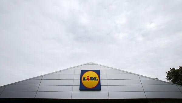 Логотип сети супермаркетов Lidl на фасаде крыши магазина - Sputnik Latvija