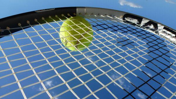 Теннисный мяч на ракетке - Sputnik Латвия