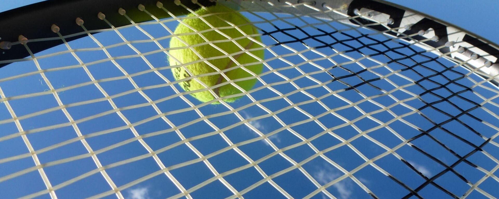 Теннисный мяч на ракетке - Sputnik Латвия, 1920, 29.01.2020
