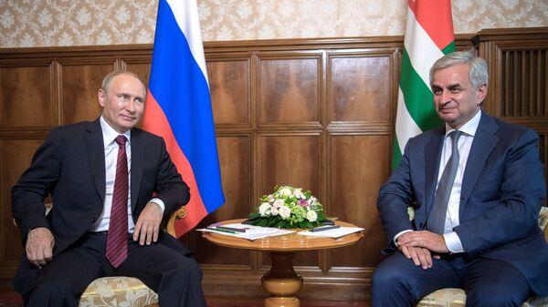 Krievijas prezidents Vladimirs Putins un Abhāzijas Republikas prezidents Rauls Hadžimba - Sputnik Latvija