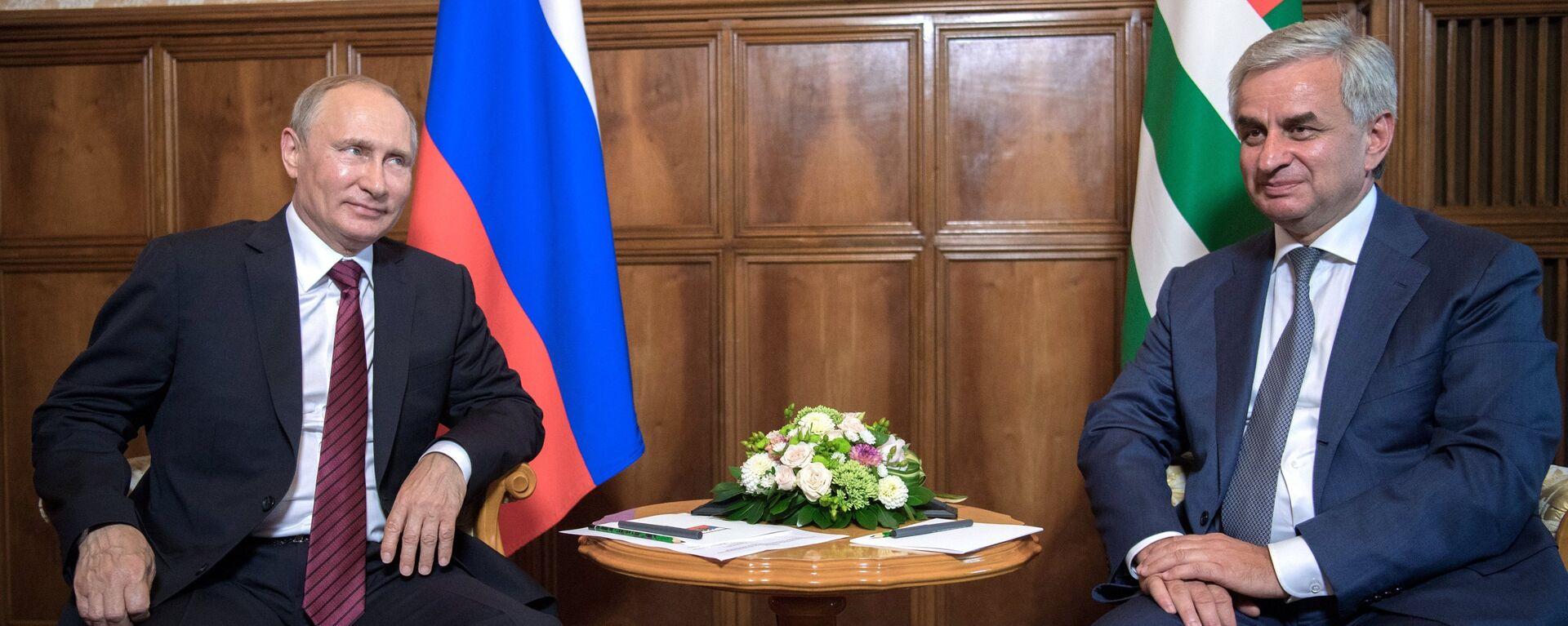 Krievijas prezidents Vladimirs Putins un Abhāzijas Republikas prezidents Rauls Hadžimba - Sputnik Latvija, 1920, 09.08.2017