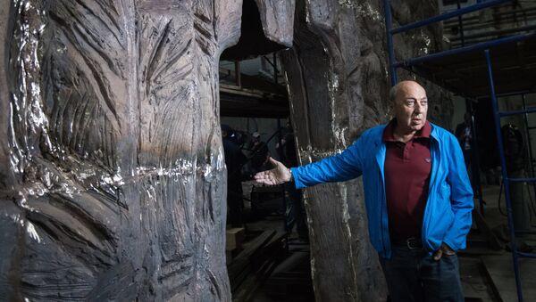 Скульптор Георгий Франгулян возле монумента Стена скорби перед началом его транспортировки к месту установки в Москве - Sputnik Латвия