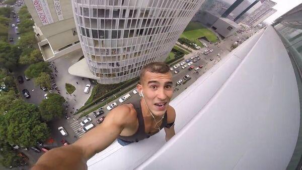 Россиянин снял свое восхождение на небоскреб в Мехико на GoPro - Sputnik Латвия